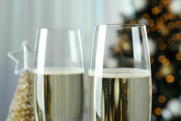 Concetto di festa di capodanno con bicchieri di champagne.