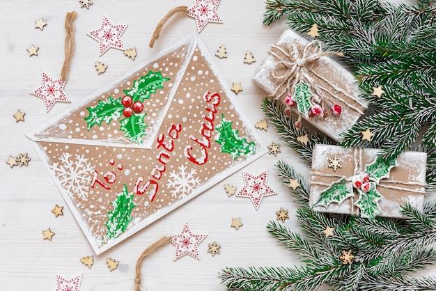 Il concetto di vacanza di capodanno. busta natalizia e rami di abete, regali e addobbi vari.