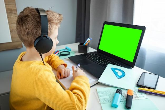 Il concetto di educazione online, educazione domestica, tecnologia, quarantena, autoisolamento.