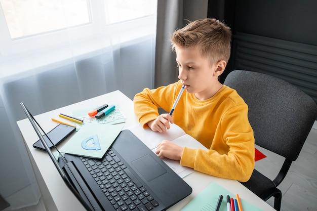Il concetto di apprendimento online, apprendimento a distanza a casa, tecnologia, scuola.