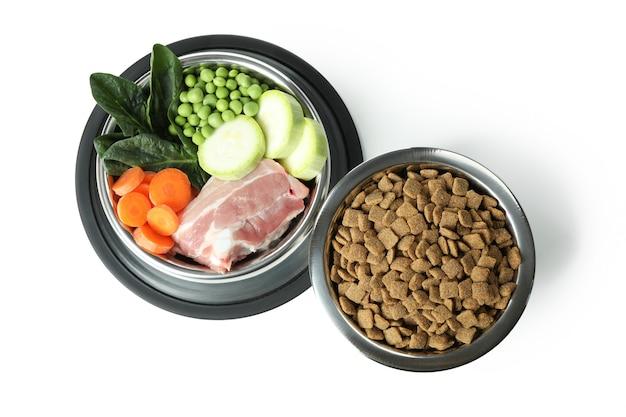 Concetto di cibo biologico per animali isolato su bianco
