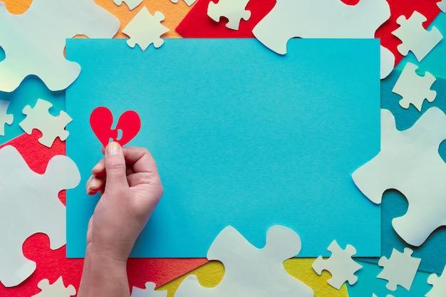 Concept paper design, giornata mondiale della sensibilizzazione sull'autismo. elementi di puzzle su pezzi di feltro
