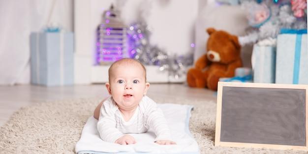 Concetto di felicità dei genitori bambino felice bambino di quattro mesi