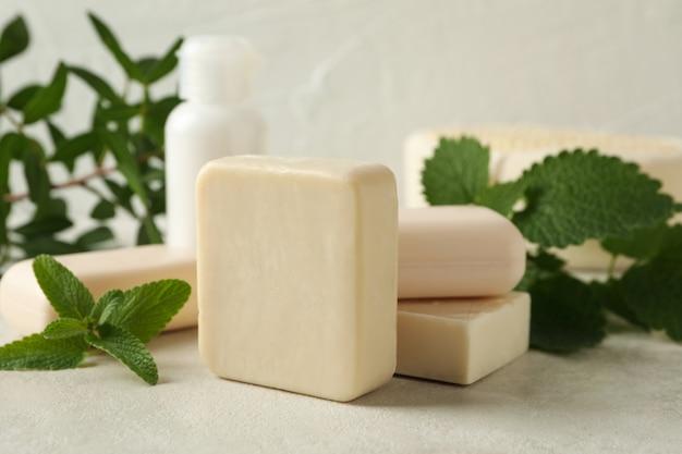 Concetto di igiene personale con sapone naturale sul tavolo beige