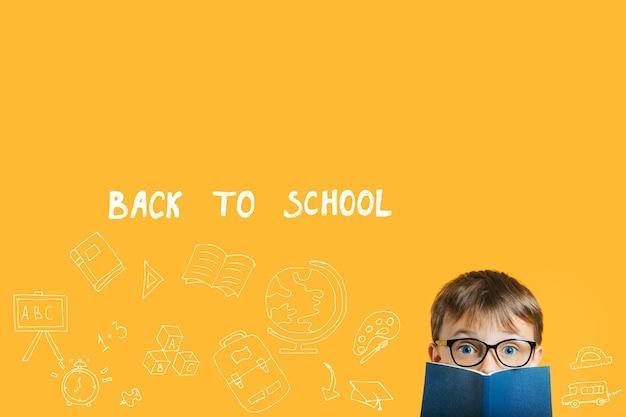 Immagini concettuali, ritorno a scuola su sfondo giallo, innovazione e concetto di soluzione con spazio di copia