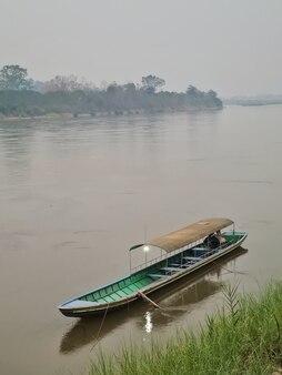 Concetto di inquinamento pm25 polvere di inquinamento atmosferico malsano la foschia tossica costeggia il fiume