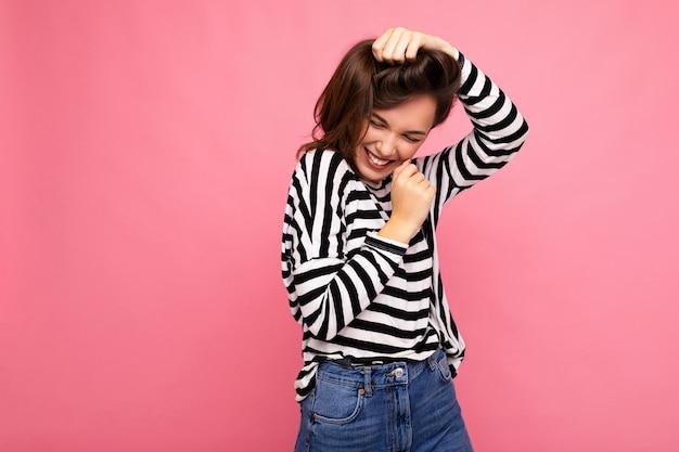 Concetto ritratto di giovane bella donna bruna hipster sorridente in pull alla moda