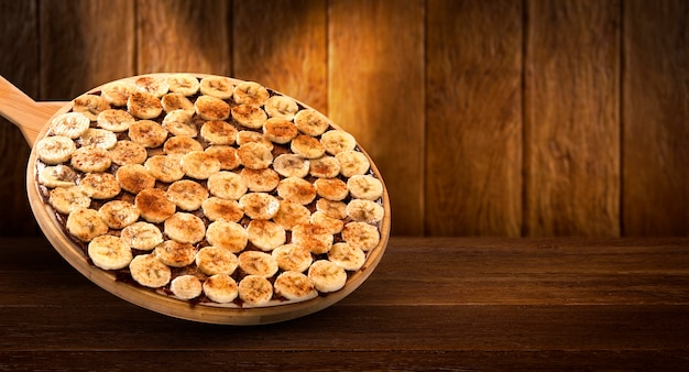 Volantino promozionale di concetto e poster per ristoranti o pizzerie, modello con deliziosa pizza da dessert, banana e cannella.