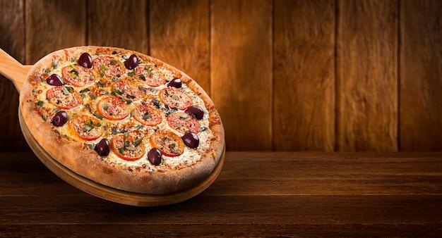 Volantino promozionale di concetto e poster per ristoranti o pizzerie, modello con deliziosa pizza, oliva, pomodoro, mozzarella.