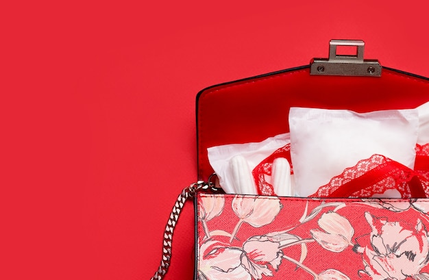 Il concetto di protezione durante il ciclo mestruale. salvaslip in una borsa da donna.
