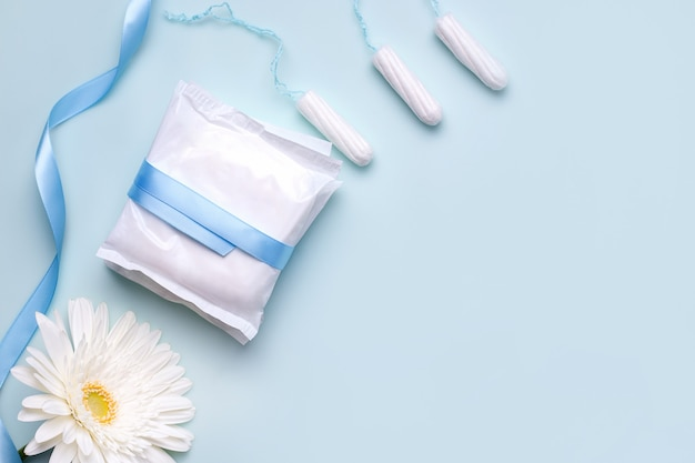 Il concetto di protezione durante le mestruazioni. salvaslip e assorbenti interni.