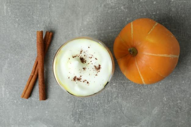 Concetto di latte di zucca sul tavolo strutturato grigio