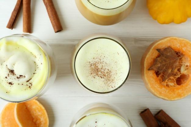 Concetto di latte di zucca su fondo di legno bianco