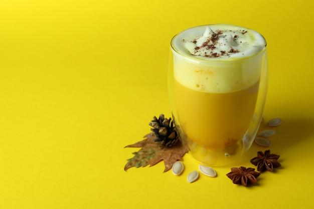 Concetto di latte di zucca su sfondo giallo