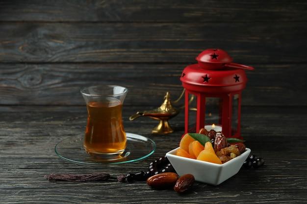 Concetto di ramadan con cibo e accessori sulla tavola di legno