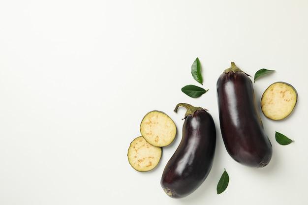 Concetto di verdure crude con melanzane su bianco