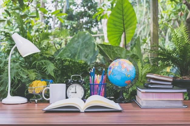 Concetto di lettura di libri e scrivanie