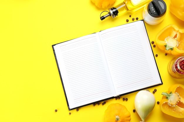 Concetto di ricetta su sfondo giallo, spazio per il testo
