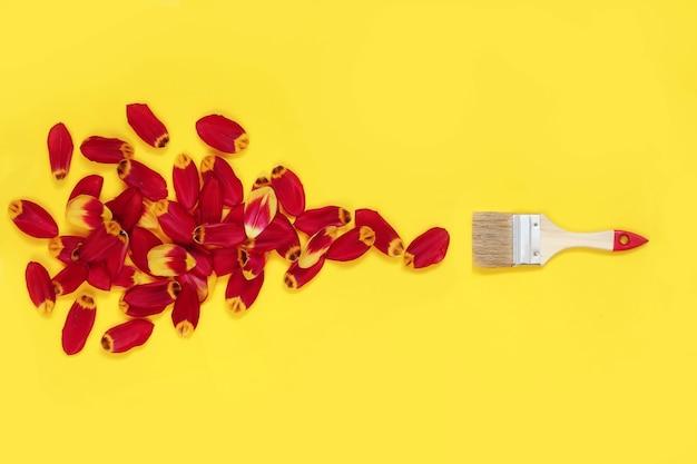Rullo di vernice di ristrutturazione di concetto con fiori di petali