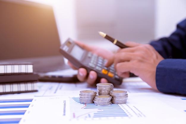 Il concetto di risparmio di denaro da un'azienda in rapida crescita