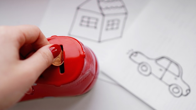 Il concetto di risparmio di denaro. risparmiare denaro per acquistare un'auto e una casa da sogno. per risparmiare sulle riparazioni dell'auto