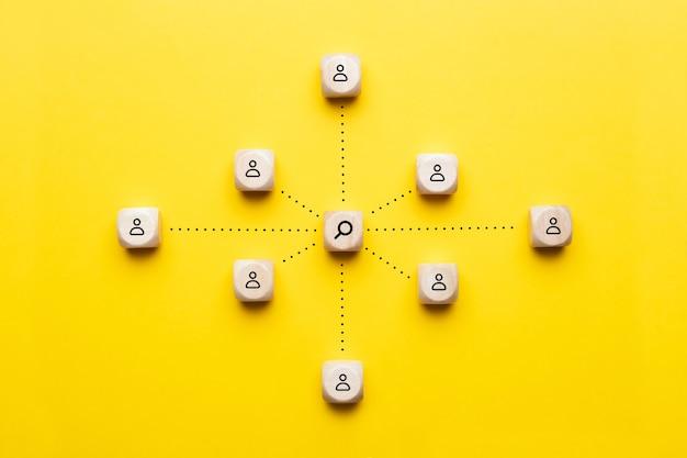 Selezione del concetto e ricercatori con una lente d'ingrandimento su un abstract e dipendenti.