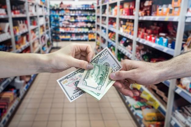 Concetto di shopping in un supermercato.