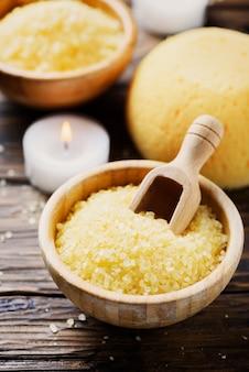 Concetto di terapia termale e benessere con sale e candele gialli