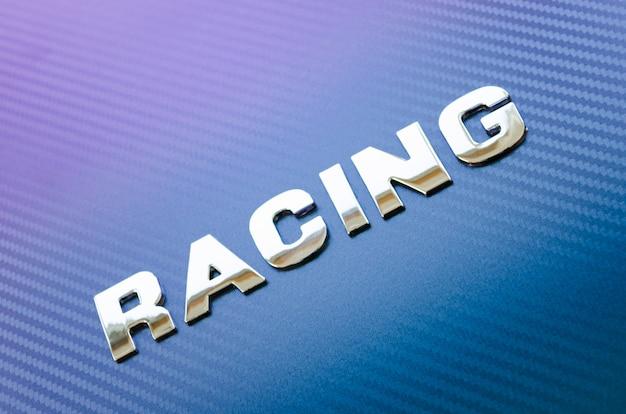 Concetto di sport, velocità, corse. lettere su sfondo in fibra di carbonio