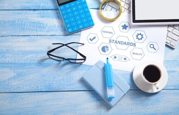 Concetto di standard con oggetti aziendali. controllo di qualità. concetto di affari
