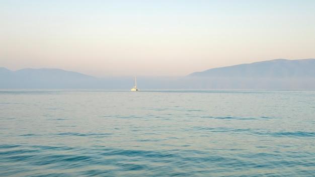 Il concetto di vacanze estive un'onda del mare con schiuma cade sul concetto di viaggio sulla sabbia