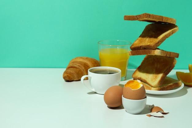 Concetto di gustosa colazione con uova sode