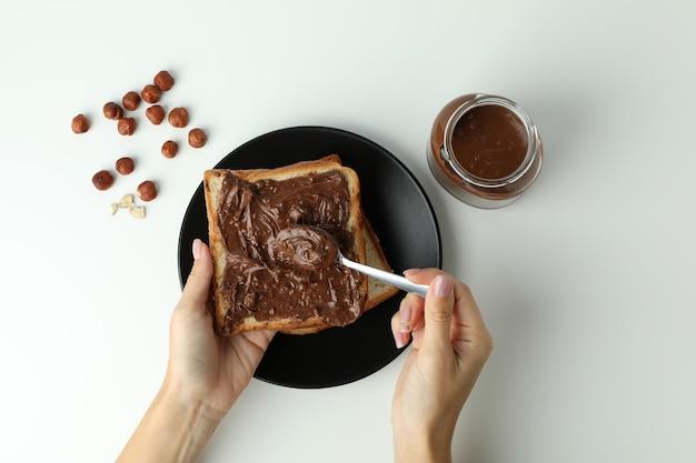 Concetto di gustosa colazione con pasta di cioccolato su sfondo bianco