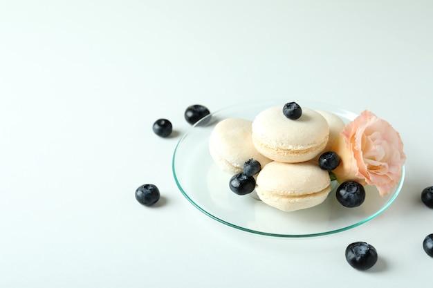 Concetto di gustoso dessert con amaretti su sfondo bianco