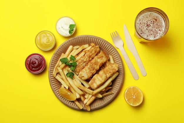 Concetto di gustoso mangiare con pesce fritto e patatine fritte isolato
