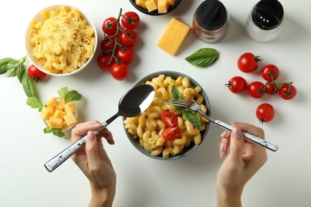 Concetto di mangiare gustoso con maccheroni al formaggio su sfondo bianco