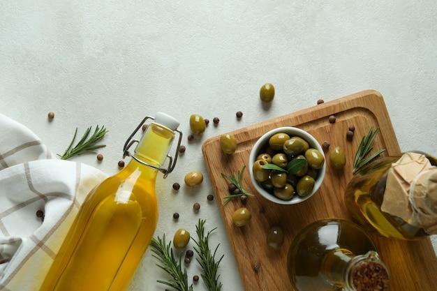 Concetto di gustoso mangiare con olio d'oliva su bianco con texture