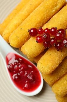 Concetto di cibo gustoso con bastoncini di formaggio, primo piano