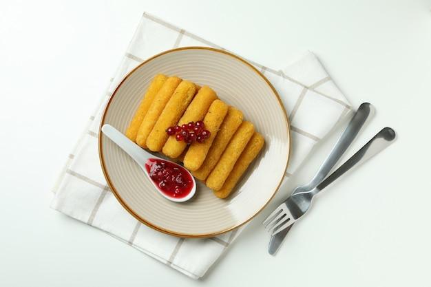 Concetto di cibo gustoso con bastoncini di formaggio su sfondo bianco