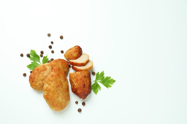 Concetto di cibo gustoso con cotolette su sfondo bianco