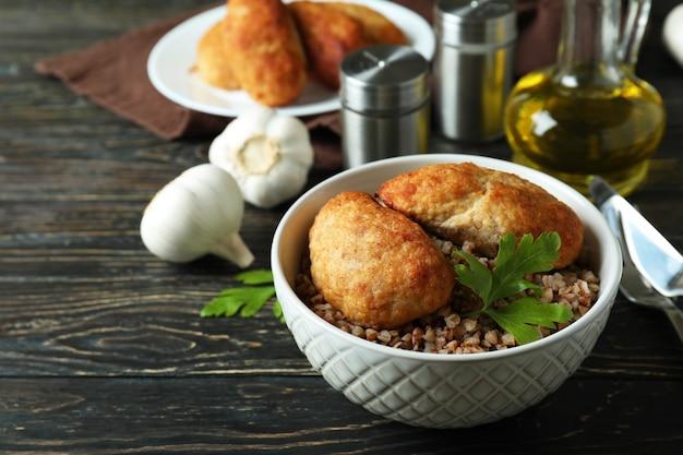 Concetto di cibo gustoso con cotolette sul tavolo di legno
