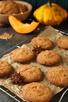 Concetto di cibo gustoso con biscotti di zucca su sfondo scuro con texture.