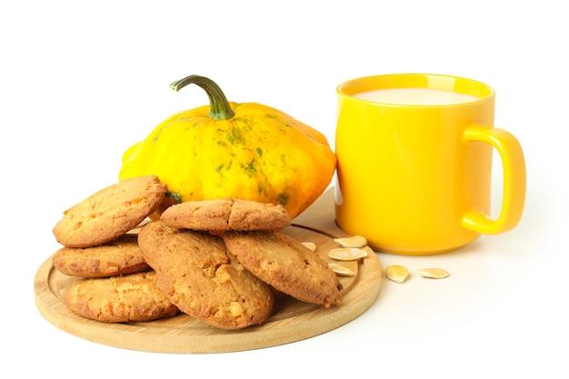 Concetto di cibo gustoso con biscotti di zucca isolati su sfondo bianco.