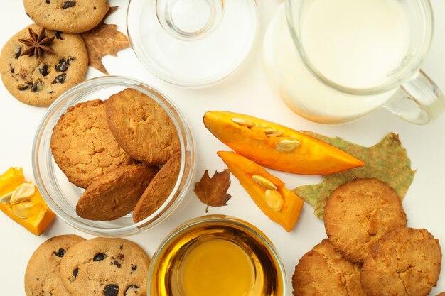 Concetto di cibo gustoso con biscotti di zucca su sfondo bianco.