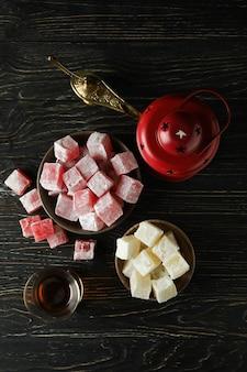 Concetto di cibo gustoso con delizia turca su tavola di legno