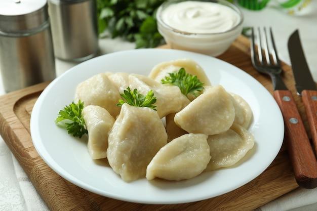 Concetto di cibo gustoso con vareniki o pierogi, primo piano