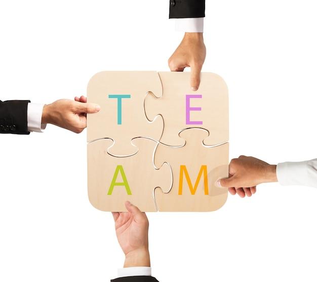Concetto di squadra che lavora insieme al puzzle