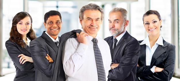 Concetto di lavoro di squadra e collaborazione con un gruppo di uomini d'affari