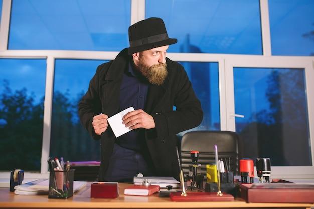 Concetto. il ladro ruba in ufficio. spia in ufficio.
