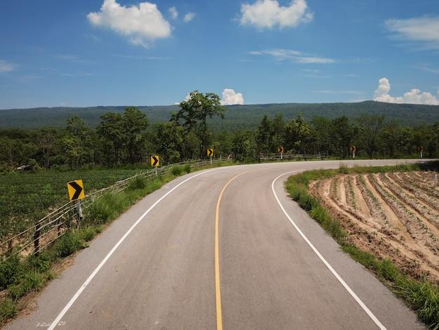 Concetto di viaggio e trasporto, fotografia aerea di strade di campagna.